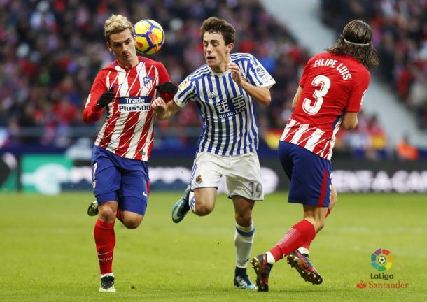 Odriozola se cuela entre Griezmann y Filipe Luis | Foto: La Liga