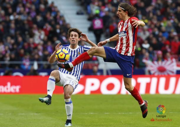 Filipe Luis se lleva el balón ante Odriozola | Foto: La Liga