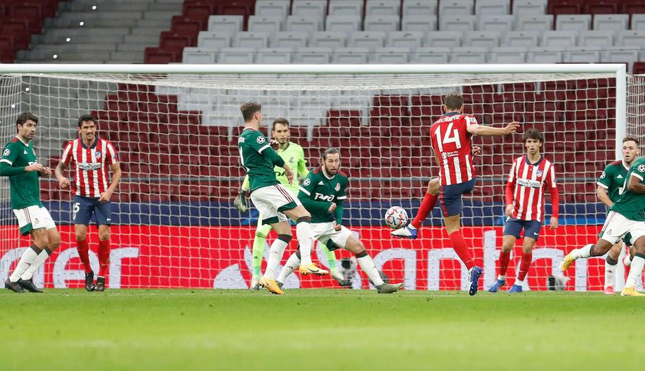 Disparo de Marcos Llorente en el encuentro frente al Lokomotiv de Moscú / Twitter: Atlético de Madrid