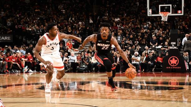 Butler penetrando ante Anunoby. Fuente: NBA.