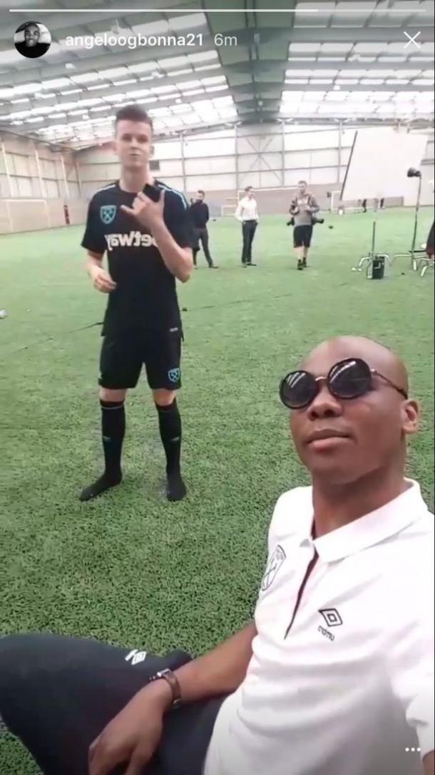 El selfie que se tomó Ogbonna; de fondo Sam Byram con el nuevo kit | Foto: Instagram Ogbonna