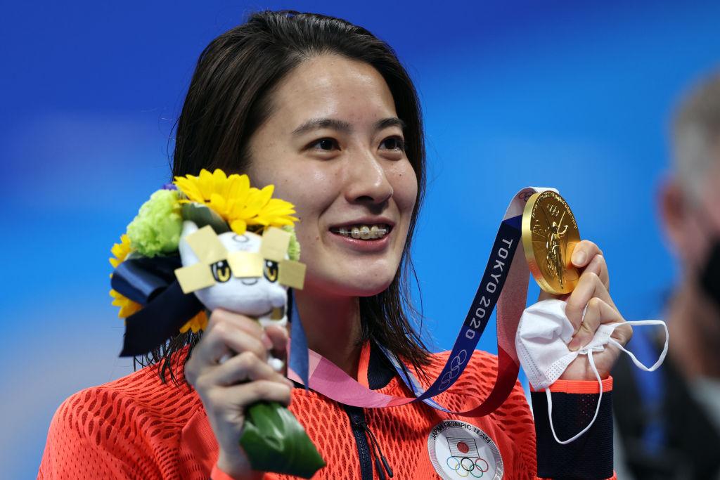 Ohashi posa con su segundo oro / Fuente: FINA