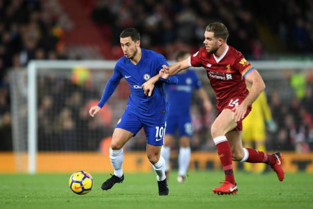 Hazard e Henderson disputam a bola | Foto: Shaun Botterill/Getty Images