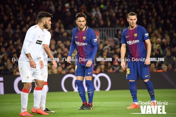David Costa jugando en el césped del Camp Nou junto con Thomas Vermaelen en los dieciseisavos de final de la Copa del Rey frente al Real Murcia. Foto: Noelia Déniz, VAVEL.com