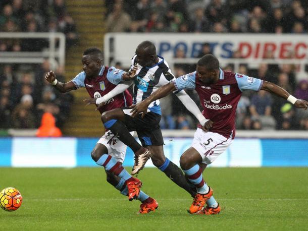 Okore e CIssokho provano a contenere Cissè nell'1-1 del 19 dicembre (fonte: indipendent.co.uk)