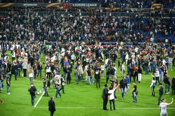 Il caos della gara d'andata, con i tifosi del Lione scesi in campo per evitare il lancio di oggetti dei Turchi dagli anelli superiori. | Fonte immagine: Foot01