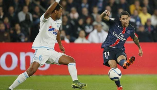 En la fotografía, un jugador del PSG y otro del Marsella peleando por el balón // Fuente: Ligue 1 de Francia