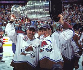 Hejduk y Sakic con la Stanley de 2001 | Foto: HHOF