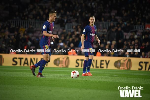 Oriol Busquets en su debut con el FC Barcelona bajo la atenta mirada de Vermaelen / Foto: Noelia Déniz (VAVEL.com)