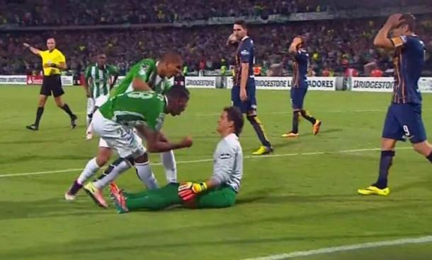 Orlando Berrío le grita el gol en la cara el portero de Central luego de varios roces entre ambos durante el partido