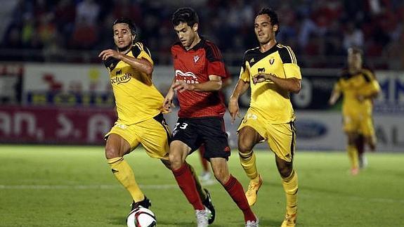 Adrián Cruz y Unai García persiguen a un jugador del Mirandés en el partido de Copa. Fotografía: El Correo.