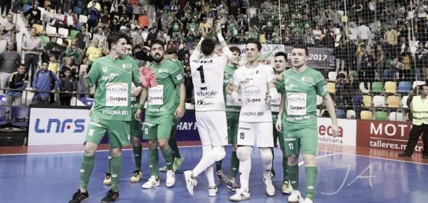 Los jugadores de Osasuna Magna celebran un triunfo con la afición   Foto: LNFS