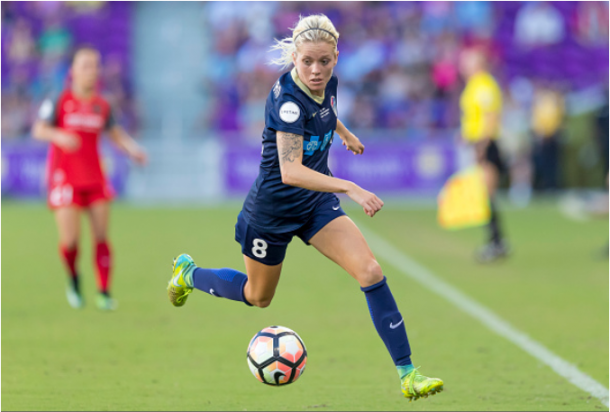 Denise O'Sullivan takes the ball up the sideline in the NWSL Championship Game against the Portland Thorns. | Photo: Andrew Bershaw - Icon Sportswire via Getty Images