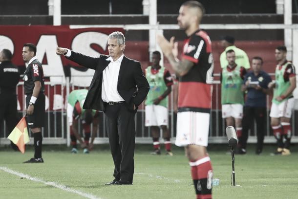 À beira do gramado, Reinaldo Rueda comanda a equipe do Flamengo (Foto: Gilvan de Souza/Fla Imagem)