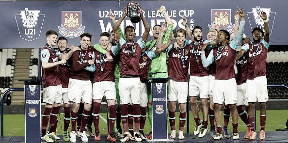 Oxford, pictured holding the trophy, captained West Ham to u21 Premier League cup success last season | Photo: Arfa Griffiths/ West Ham United