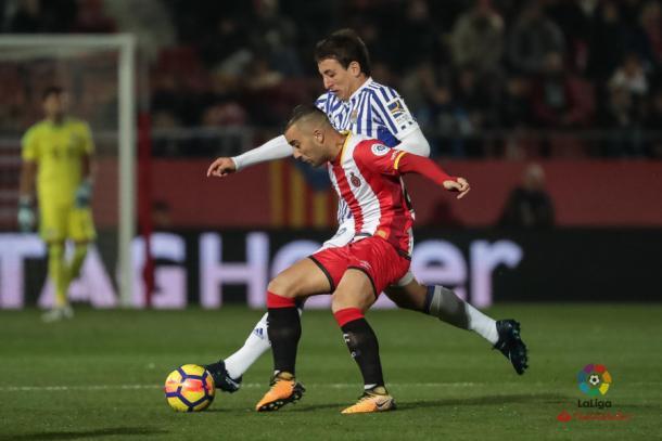 Oyarzabal lucha por el balón con un jugador del Girona | Foto: La Liga