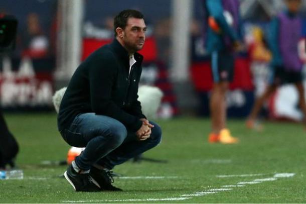 Pablo Guede y su clásica postura. Foto (LaNacion)