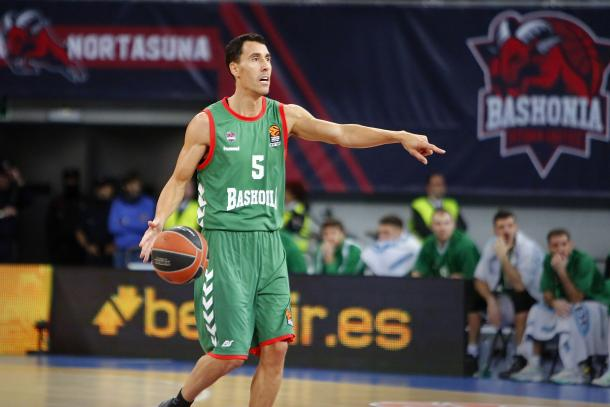 Pablo Prigioni, único jugador cuya camiseta cuelga retirada en el Buesa Arena. | Foto: Baskonia