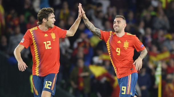 Alcácer choca la mano con Marcos Alonso tras su gol I Foto: AFP