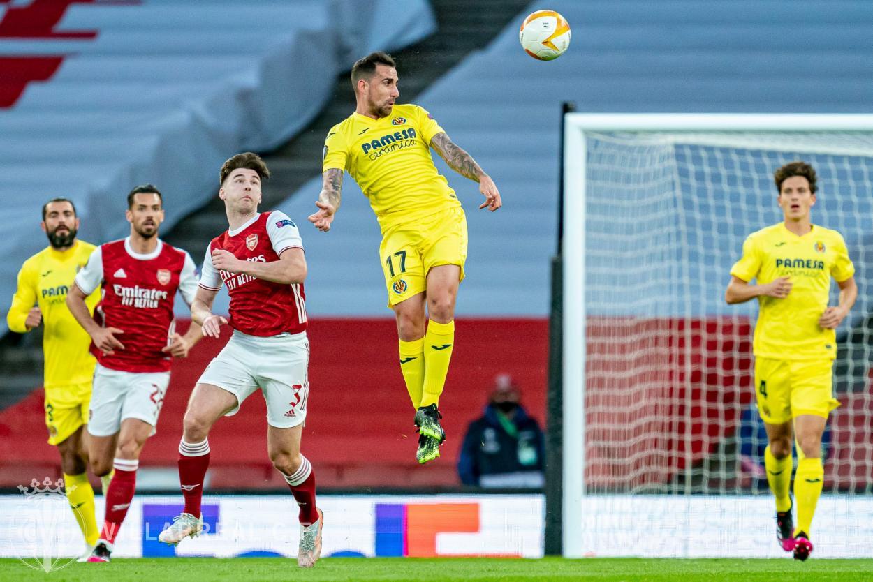 Paco Alcácer saltando delante de Tierney / Foto: Villarreal CF