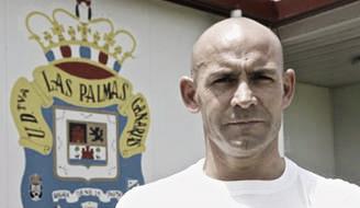 Paco Jémez ante el escudo de la UD | Foto: www.laprovincia.es