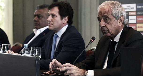 D'onofrio junto con los representantes de AFA y CONMEBOL, en la previa a la final que no fue. (Foto: Infobae)