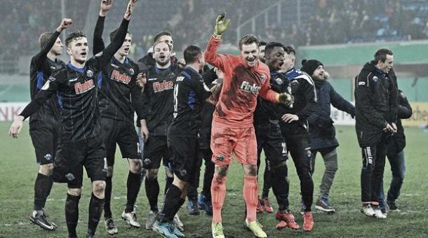 Jugadores del Paderborn celebran su clasificación a cuartos de final Foto: Twitter @DFB-Pokal