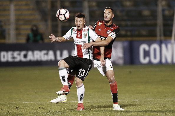 Roberto Gutiérrez disputa bola com Réver no jogo de ida da Sul-Americana (Foto: Esteban Garay/LatinContent/Getty Images)