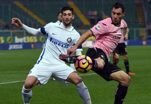 Gagliardini in azione contro Jajalo. | Fonte immagine: Goal