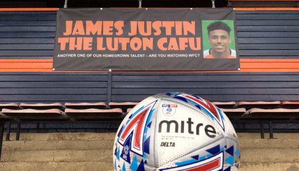 Una pancarta de aficionados del Luton apoyando a Justin | Foto: Luton Town