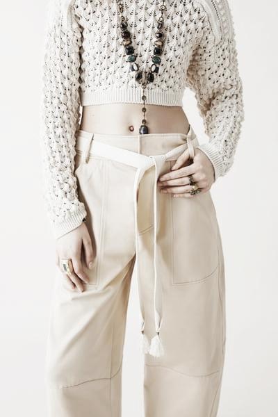 Pantalón con cinturón // Foto: Página web Zara