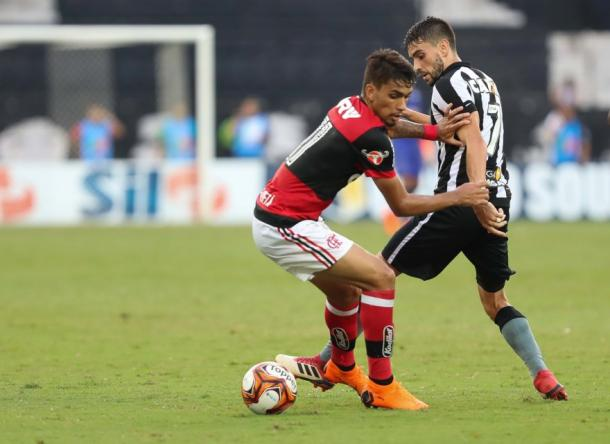 Equipes se enfrentam pela quarta vez no ano. Na imagem, Paquetá e Pimpão disputam bola. Foto: Gilvan de Souza/Flamengo