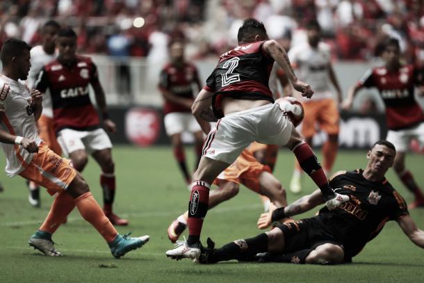 Pará disputa bola com Jefferson. Goleiro fez boas defesas na partida.(Foto:Gilvan de Souza/Flamengo)