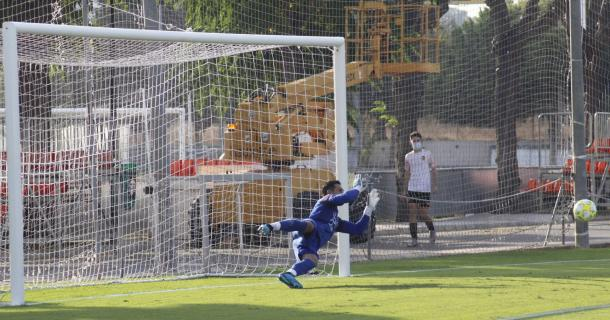 Tras el tanto inicial, los jugadores del Atzeneta protestaron al entender que Jordi Escobar había entrado al área antes de que Pablo González lanzase el penalti | Foto: UE Atzeneta