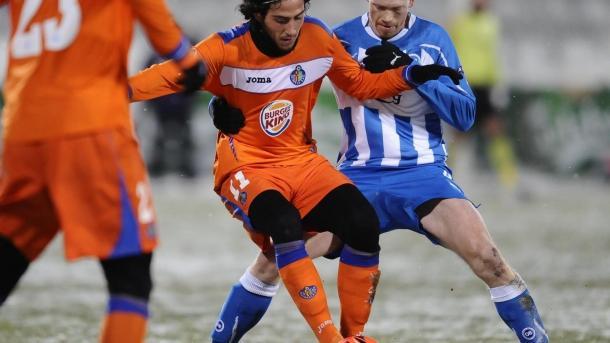 Parejo defiende el balón ante un oponente del Odense. Fuente:UEFA