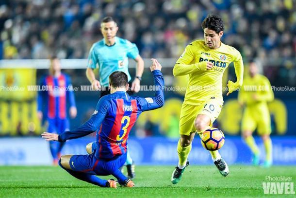 Piqué contra Pato en el partido Villareal - FC Barcelona en el Estadio de la Cerámica. | Foto:  Silvestre Szpylma, VAVEL