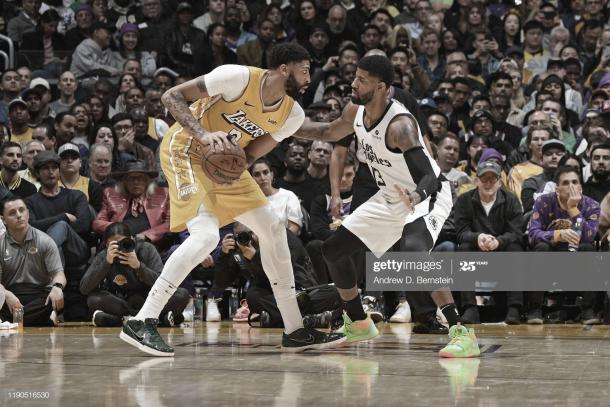 ​Anthony Davis (izquierda), defendido por Paul George | Foto: Andrew Bernstein, GettyImages