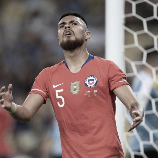 El defensor chileno disputó la última Copa América con su selección. Fuente: La Página Millonaria.