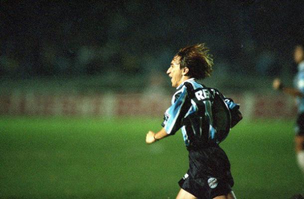 Paulo Nunes comemorando gol pela Copa Libertadores em 1995