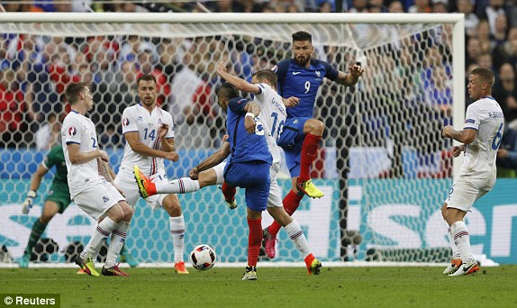 Payet scored from outside the box, again... (photo: Reuters)