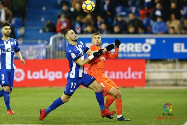 Pedraza pelea por un balón con Ontiveros, del Málaga. / Foto: LaLiga