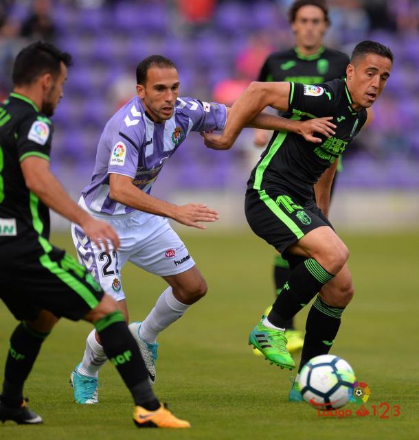 Nacho Martínez peleando con dos rivales para tratar de mantener el balón. Fotografía: La Liga