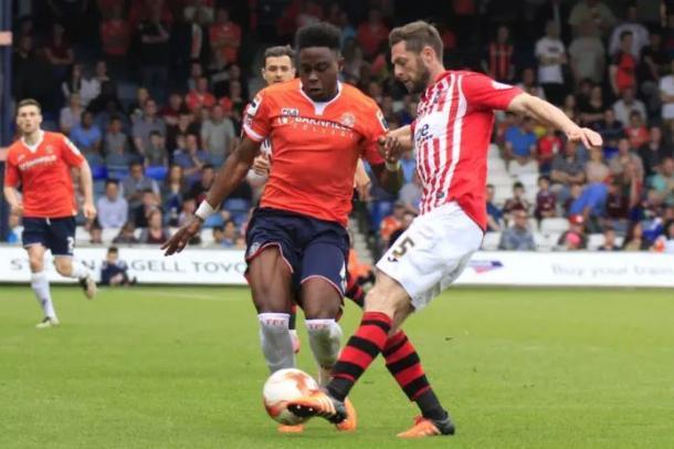 Pelly Ruddock durante un partido con el Luton | Foto: Luton Town