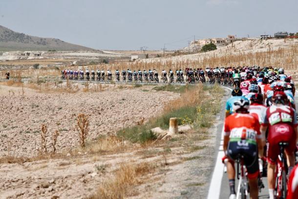 El pelotón fue en todo momento estirado por Bora y FDJ | Fotografía: Vuelta a España