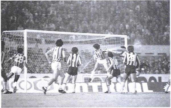 (Tita subiu mais alto e marcou o gol do Grêmio/Foto: Afonso Alves)