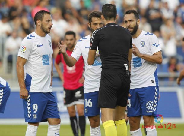 Los jugadores blanquiazules reclaman el gol de Malbasic previo al penalti. Fuente: www.laliga.es