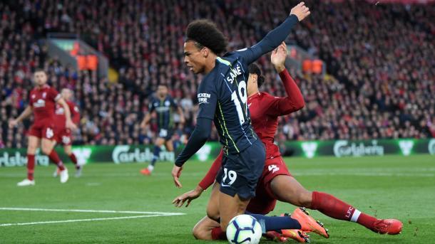 Van Dijk y Sané en el momento del penalti. Foto: Premier League.