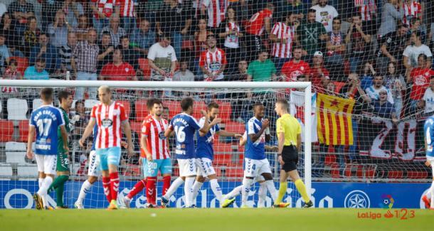 Los jugadores del C. D. Tenerife protestan a Moreno Aragón después de que este señalase penalti en su partido ante el C. D. Lugo | Imagen: La Liga