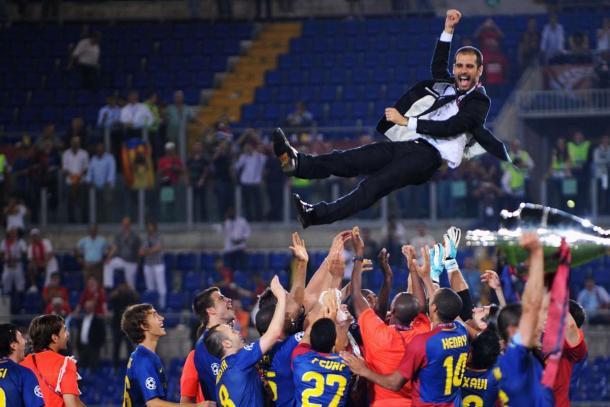 Josep Guardiola manteado por el equipo. | Foto: goal.com