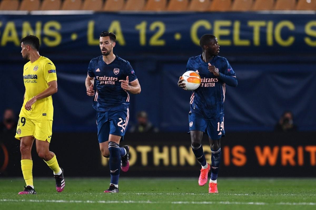 Nicolas Pépé recogiendo el balón tras anotar el único gol de su equipo / Foto: UEFA